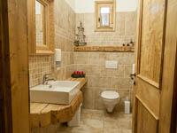 Bagno arredato in legno