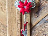 Dettagglio addobbo di stoffa cuore e fiori