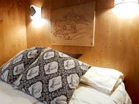 Camera alpina cuscini su letto matrimoniale
