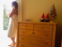 Camera sleghe ragazza guarda fuorio con cassettiera