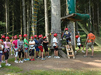 bambini si apprestano a lanciarsi agility forest baita prunno asiago