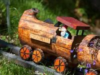 Gnomo su trenino di legno