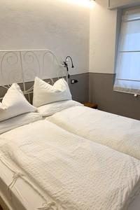 Vista camera da letto portrait