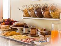 Tavolo delle colazioni abbondante