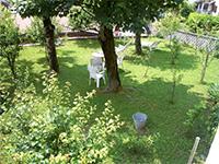 Accogliente giardino estivo