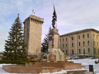La torre scaligera di enego con la neve