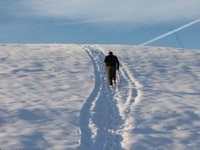Uomo che cammina sulla neve