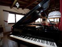 Das Zimmer mit dem Klavier, wo Sie glücklich Abende mit guter Musik verbringen können