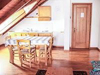 Camera locanda aurora tavolo e cucina