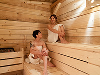 Persone in sauna area wellness