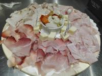 Tagliere di affettati e formaggi con sottaceti