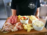 Appetitliche Ausschnittausgeschnittene aus Charcuterie und Käse von Malga Verde