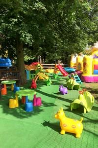 Parco giochi con gonfiabili al parco millepini portrait