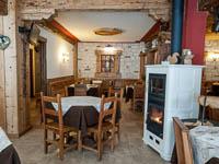 Vista sala ristorante con stufa