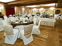 Sala da pranzo apparecchiata per festa