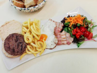 hamburger scomposto di angus con uovo al tegamino pancetta verdure