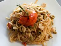 piatto di linguine con sugo di pesce e olive