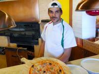 pizza appena sfornata dal pizzaiolo