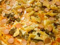 pizza con carciofi wurstel e funghiu su tagliere