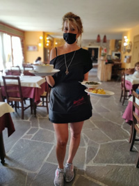 Nette Kellnerin im Campolongo Refuge Restaurant