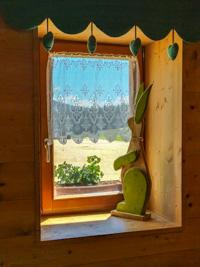 Holzhase an einem Fenster