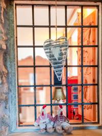 Dekorationen an einem Fenster im Inneren des Tierheims