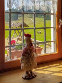 Dekorative Marionette zu einem Fenster