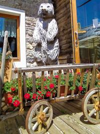 Bär in Holz am Eingang der Campolongo Hütte geschnitzt