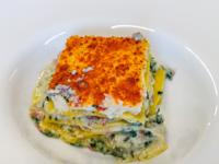 Gebackener Lasagnekuchen mit Wurst, Mezzanocene-Käse und Zucchini