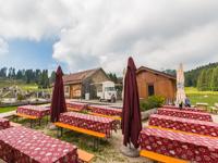 Tische im äußeren Garten der Campolongo Hütte