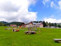 Die Rasenflächen mit Kinderspielen der Campolongo Hütte