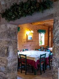Blick auf eines der rustikalen Speisesäle der Hütte