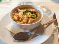 Zwiebelsuppe mit Kartoffeln und Steinpilzen, Asiango und Brotcroutons