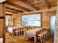 Das warme Holzinnere des Restaurants Val Formica