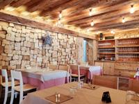 Restaurantzimmer mit Holzmöbeln und -wänden