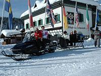 Facciata albergo campomulo con motoslitte
