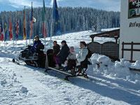 Turisti in motoslitta fuori dall albergo