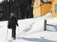 donna con ciaspole sulla neve