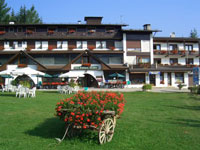 The hotel surrounded by the greenery of its garden