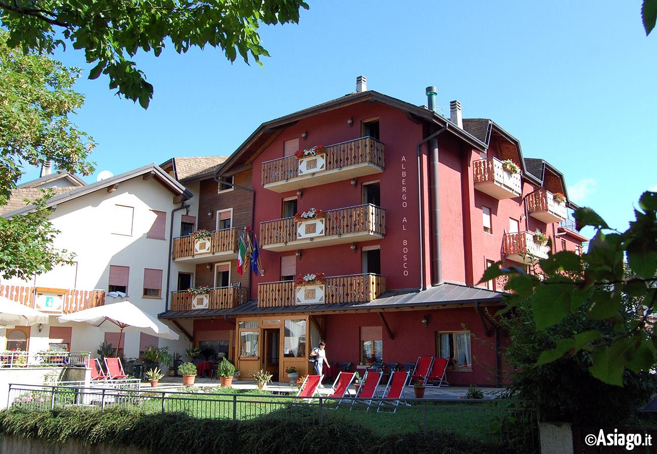 facciata albergo al bosco estiva