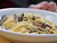 Pasta with cream, mushrooms and speck