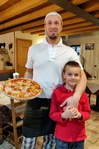 Alessio con pizza e figlio lorenzo portrait