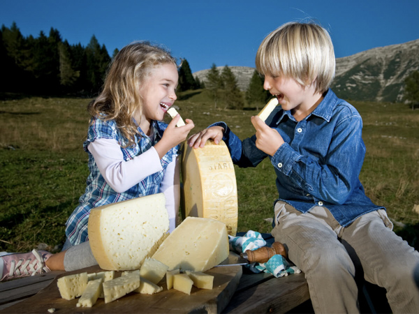 Children eat Asian cheese dop on the plateau