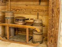 Sala ristorante con antichi strumenti di cucina