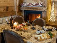 Tavolo apparecchiato con taglieri di salumi e formaggi