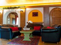 ingresso con divantetti residence des alpes