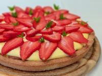 Cream tart with strawberries
