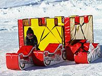bambino gioca sulla neve winter park val formica