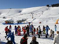 Piccoli sciatori con maestri di sci val formica