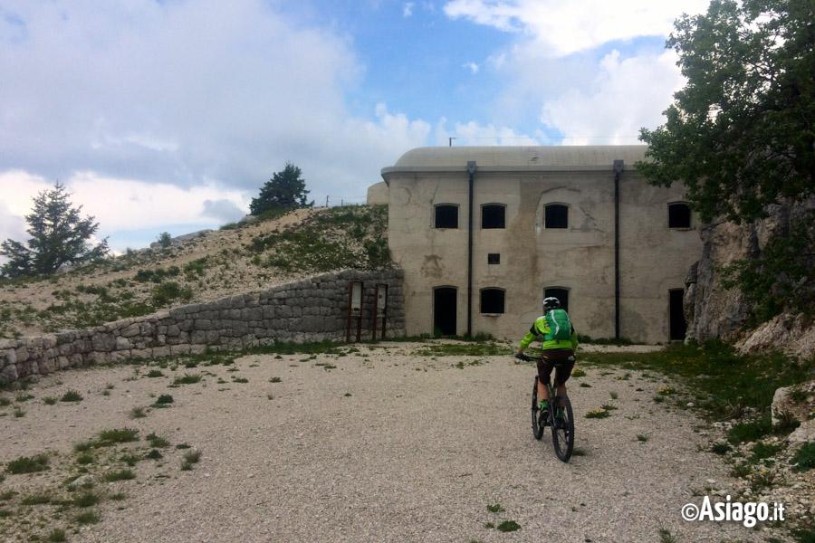 Itinerario mtb roana malga quarti monte verena forte for Garage con ponte in cima
